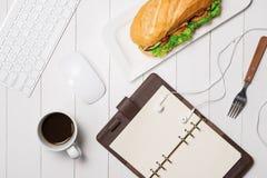 Πρόχειρο φαγητό στο χρόνο σπασιμάτων Υγιές επιχειρησιακό μεσημεριανό γεύμα στην αρχή, τοπ άποψη Στοκ Εικόνες