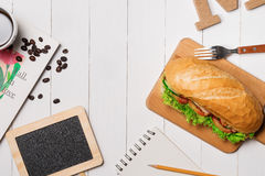 Πρόχειρο φαγητό στο χρόνο σπασιμάτων Υγιές επιχειρησιακό μεσημεριανό γεύμα στην αρχή, τοπ άποψη Στοκ φωτογραφία με δικαίωμα ελεύθερης χρήσης