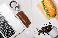 Πρόχειρο φαγητό στο χρόνο σπασιμάτων Υγιές επιχειρησιακό μεσημεριανό γεύμα στην αρχή, τοπ άποψη Στοκ εικόνες με δικαίωμα ελεύθερης χρήσης