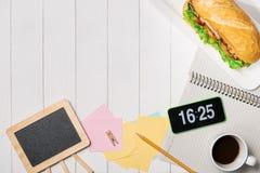 Πρόχειρο φαγητό στο χρόνο σπασιμάτων Υγιές επιχειρησιακό μεσημεριανό γεύμα στην αρχή, τοπ άποψη Στοκ Εικόνα