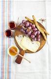 Πρόχειρο φαγητό τυριών σε έναν ξύλινο πίνακα με τα σταφύλια, τα ραβδιά ψωμιού και τη Ita στοκ εικόνες με δικαίωμα ελεύθερης χρήσης