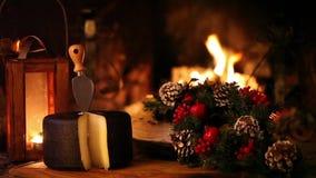 Πρόχειρο φαγητό Χριστουγέννων μπροστά από την εστία απόθεμα βίντεο