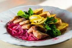 Πρόχειρο φαγητό ψαριών με τις πατάτες και το κρεμμύδι σαλάτας στοκ φωτογραφία