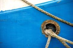 Πρόχωμα με τις γραμμές πρόσδεσης ενός αλιευτικού πλοιαρίου στοκ εικόνες με δικαίωμα ελεύθερης χρήσης