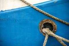 Πρόχωμα με τις γραμμές πρόσδεσης ενός αλιευτικού πλοιαρίου στοκ φωτογραφία με δικαίωμα ελεύθερης χρήσης