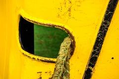 Πρόχωμα με τις γραμμές πρόσδεσης ενός αλιευτικού πλοιαρίου στοκ εικόνες
