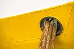 Πρόχωμα με τις γραμμές πρόσδεσης ενός αλιευτικού πλοιαρίου στοκ φωτογραφίες με δικαίωμα ελεύθερης χρήσης