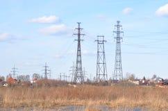 Πρόωρο τοπίο άνοιξη με τη μετάδοση γραμμών ηλεκτρικής δύναμης Στοκ Φωτογραφία