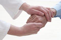 Πρόληψη αρθρίτιδας Derforming σε ετοιμότητα ηλικιωμένων γυναικών στοκ εικόνα με δικαίωμα ελεύθερης χρήσης