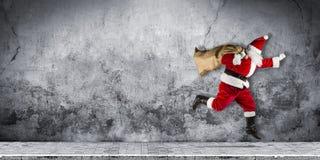 Πρώην Άγιος Βασίλης σε μια βιασύνη με το παραδοσιακό κόκκινο άσπρο κοστούμι α στοκ εικόνες