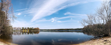 πρώιμη άνοιξη ακτών λιμνών Στοκ Εικόνες