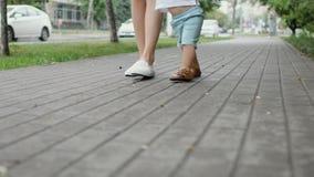 Πρώτα βήματα του μικρού παιδιού απόθεμα βίντεο