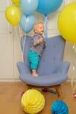 Πρώτα γενέθλια αγοράκι ενός έτους βρεφών Συνεδρίαση παιδιών μικρών παιδιών στην καρέκλα Στοκ φωτογραφίες με δικαίωμα ελεύθερης χρήσης