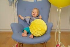 Πρώτα γενέθλια αγοράκι ενός έτους βρεφών Συνεδρίαση παιδιών μικρών παιδιών στην καρέκλα Στοκ Φωτογραφία