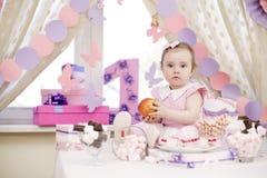 Πρώτα γενέθλια εορτασμού κοριτσάκι Στοκ Εικόνες