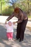 πρώτα μικρά βήματα μωρών Στοκ φωτογραφίες με δικαίωμα ελεύθερης χρήσης