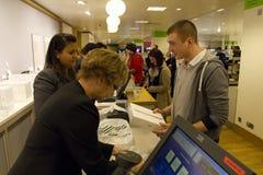 Πρώτα iPad 2 πηγαίνουν στην πώληση στο UK Στοκ Φωτογραφία
