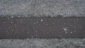 Πρώτες χιονοπτώσεις πτώσεις χιονιού στο πεζοδρόμιο φιλμ μικρού μήκους