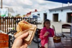 Πρώτη άποψη προσώπων που βλασταίνεται ενός ατόμου και ενός κοριτσιού που τρώνε το χάμπουργκερ στον καφέ οδών, μαλακή εστίαση, ρηχ στοκ εικόνες