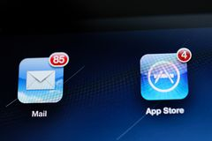Πρώτη λεπτομέρεια οθόνης ταμπλετών αμφιβληστροειδών της Apple iPad με το ταχυδρομείο app και Α Στοκ εικόνα με δικαίωμα ελεύθερης χρήσης