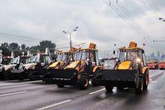 Πρώτη παρέλαση της Μόσχας της μεταφοράς πόλεων Απορρίματα και καθαρίζοντας φορτηγά Στοκ εικόνες με δικαίωμα ελεύθερης χρήσης