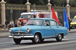 Πρώτη παρέλαση της Μόσχας της μεταφοράς πόλεων αυτοκίνητο αναδρομικό Στοκ Εικόνες
