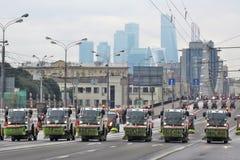 Πρώτη παρέλαση της Μόσχας της μεταφοράς πόλεων Καθαρίζοντας μηχανές οδών Στοκ Εικόνα
