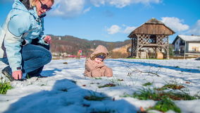 Πρώτη φορά στο χιόνι απόθεμα βίντεο
