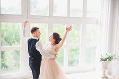 Πρώτος γάμος danc χοροί γαμήλιων ζευγών στο στούντιο γάμος Στοκ Φωτογραφίες