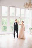Πρώτος γάμος danc χοροί γαμήλιων ζευγών στο στούντιο ευτυχής εκλεκτής ποιότητας γάμος ημέρας ζευγών ιματισμού Ευτυχείς νέοι νύφη  Στοκ Εικόνες