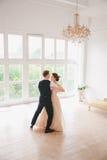Πρώτος γάμος danc χοροί γαμήλιων ζευγών στο στούντιο ευτυχής εκλεκτής ποιότητας γάμος ημέρας ζευγών ιματισμού Ευτυχείς νέοι νύφη  Στοκ εικόνα με δικαίωμα ελεύθερης χρήσης