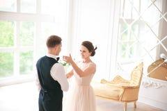 Πρώτος γάμος danc χοροί γαμήλιων ζευγών στο στούντιο ευτυχής εκλεκτής ποιότητας γάμος ημέρας ζευγών ιματισμού Ευτυχείς νέοι νύφη  Στοκ φωτογραφίες με δικαίωμα ελεύθερης χρήσης