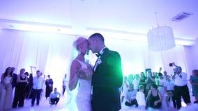 Πρώτος χορός του μοντέρνου γαμήλιου ζεύγους Όμορφος νεόνυμφος και κομψή νύφη στο εστιατόριο απόθεμα βίντεο