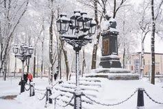 Πρώτο μνημείο Gogol Nikolai σε Nizhyn, Ουκρανία, coverd χιόνι Στοκ εικόνες με δικαίωμα ελεύθερης χρήσης