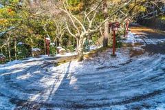 πρώτο οδικό χιόνι βουνών Στοκ φωτογραφία με δικαίωμα ελεύθερης χρήσης