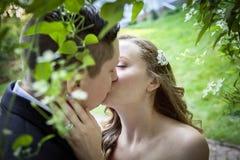 Πρώτο φιλί νυφών και νεόνυμφων Στοκ Φωτογραφία