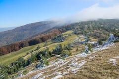 Πρώτο χιόνι στα βουνά στοκ φωτογραφία