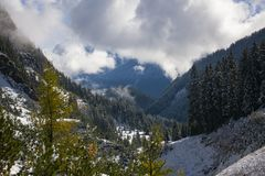 Πρώτο χιόνι στα όρη στοκ φωτογραφία