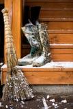 Πρώτο χιόνι στο χωριό, που καλύπτεται με τα σπιτικά εργαλεία χιονιού και Στοκ Φωτογραφίες
