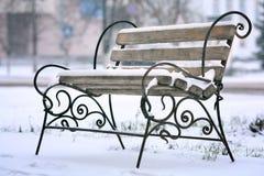 Πρώτο χιόνι του χειμερινού πάγκου Στοκ φωτογραφία με δικαίωμα ελεύθερης χρήσης