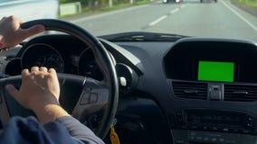 ΠΣΤ αυτοκινήτων μέσα στο αλεξήνεμο ενότητας εκεί Μια ενότητα ΠΣΤ είναι ανοικτή πράσινη οθόνη απόθεμα βίντεο