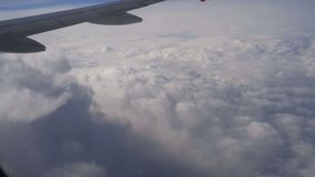 Πτήση αεροπλάνων Φτερό ενός αεροπλάνου που πετά επάνω από το σύννεφο απόθεμα βίντεο