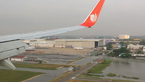 Πτήση αεροπλάνων πέρα από την πόλη της Μπανγκόκ της Ταϊλάνδης απόθεμα βίντεο