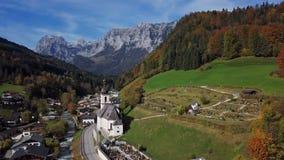 Πτήση γύρω από την εκκλησία σε Ramsau, Berchtesgaden, Γερμανία φιλμ μικρού μήκους