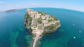 Πτήση επάνω από το όμορφο ιστορικό μνημείο στα ισχία, κάστρο στο ηφαιστειακό νησί απόθεμα βίντεο