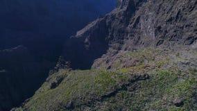 Πτήση κηφήνων πέρα από τα υψηλά βουνά απόθεμα βίντεο
