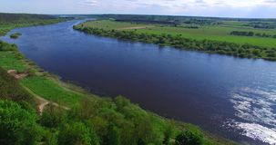Πτήση κηφήνων πέρα από τον ποταμό Nemunas στην ηλιόλουστη ημέρα φιλμ μικρού μήκους