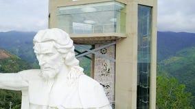 Πτήση κηφήνων πέρα από το άγαλμα του Ιησού σε Piedecuesta Κολομβία απόθεμα βίντεο