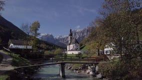 Πτήση κοντά στην εκκλησία σε Ramsau, Berchtesgaden, Γερμανία Άθικτο σχήμα ΚΟΥΤΣΟΥΡΩΝ απόθεμα βίντεο