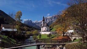 Πτήση κοντά στην εκκλησία σε Ramsau, Berchtesgaden, Γερμανία φιλμ μικρού μήκους